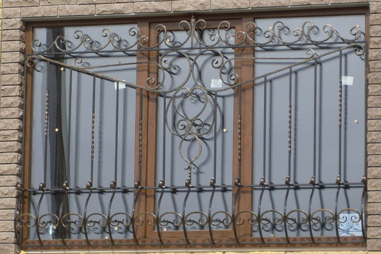 на окнах решетки железные двери